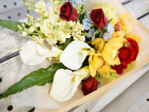 カラーと赤バラの花束