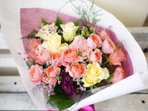 バラとスカビオサの花束